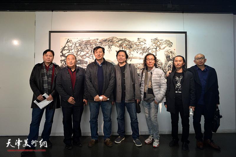 左起:齐君、李建华、张福有、齐彦、陈栋琨、安士胜、阚传好在画展现场