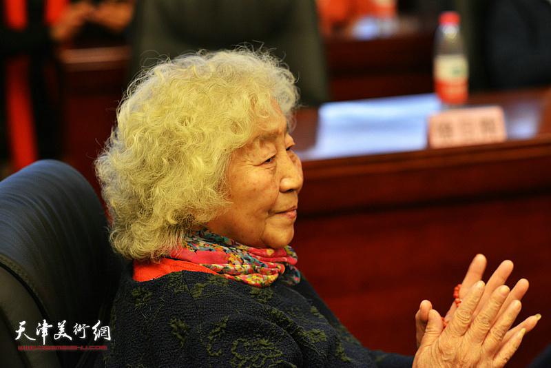 甲骨学大家罗振云孙女罗琳女士在研讨会上。