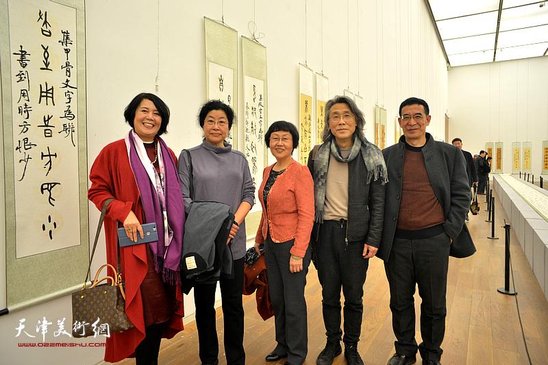 左起:王红、张永敬、赵桂敏、赵均、杨永明在展览现场。