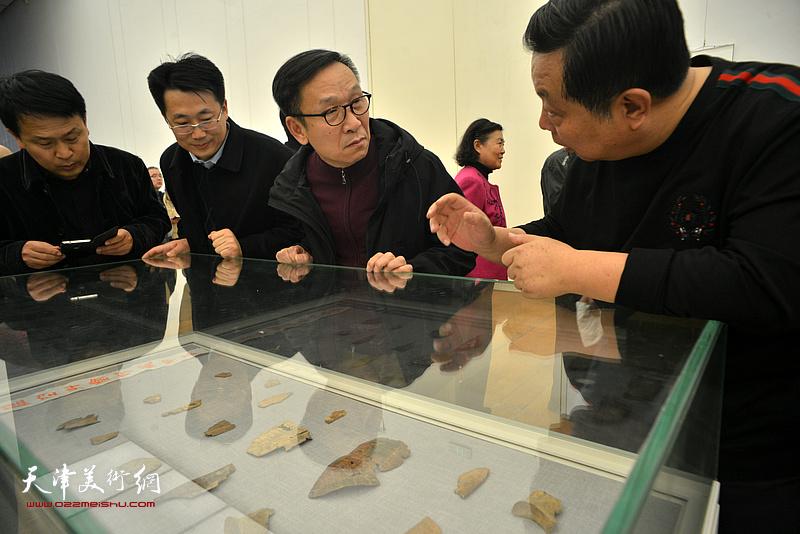 张建会、马巍华在展览现场观看展出的甲骨文实物。