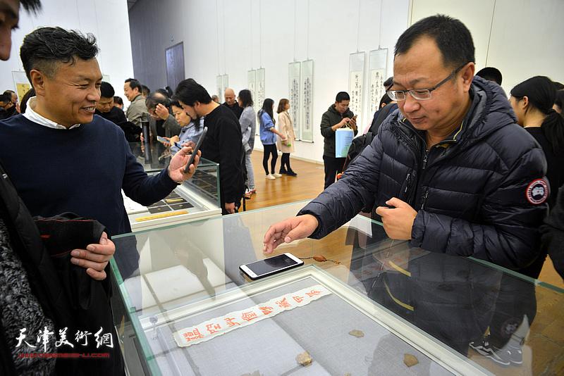 钱钢在展览现场观看展出的甲骨文实物。