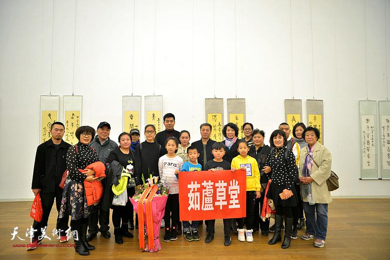 吕爱茹与茹庐草堂的画家、学生们在展览现场。