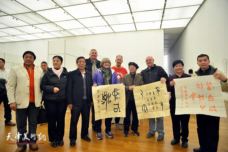 热爱中国书法艺术的外国友人在展览现场。