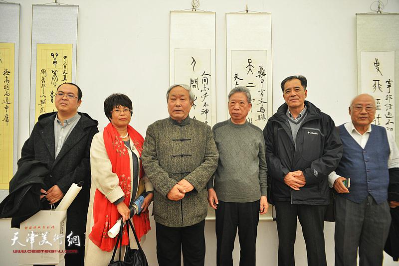唐云来、酆耀国、张志连、李文华等在展览现场。