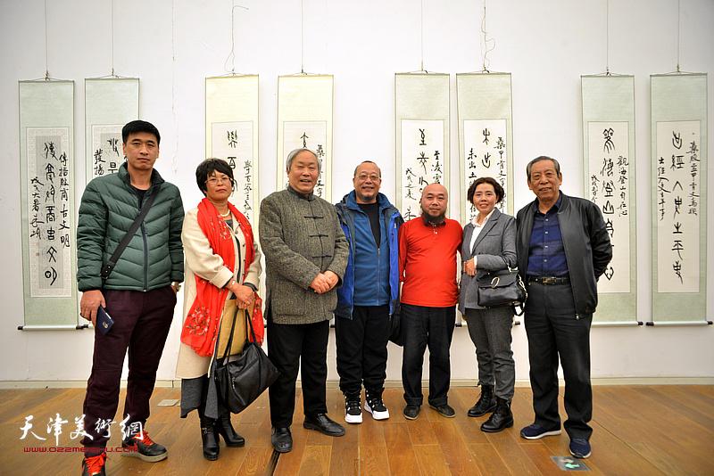 左起:宋红雨、李文华、唐云来、齐宏、陈颖、韩若愚、齐宏、佟有为在展览现场。