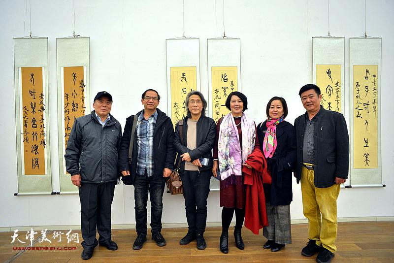左起:贾兴利、顿子斌、赵均、王红、丛培芳、刘经章在展览现场。