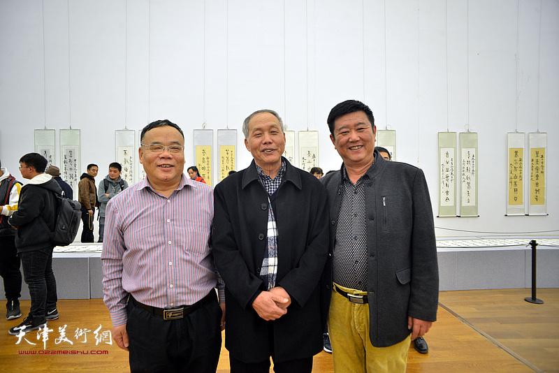 左起:田正宪、康振惠、刘经章在展览现场。