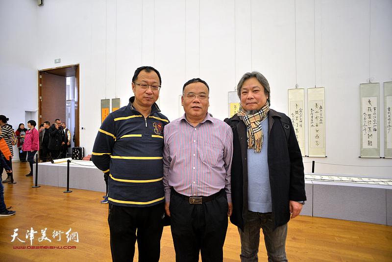 左起:钱钢、田正宪、李泓伯在展览现场。