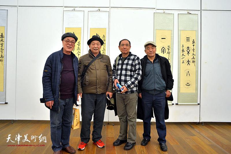 爱新觉罗·云斋与来宾在展览现场。