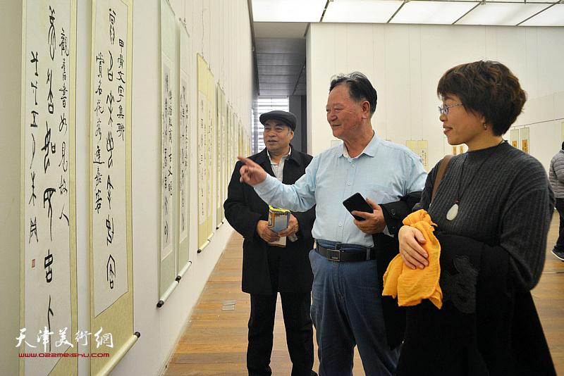 谢天强、聂瑞辰在展览现场观看作品。