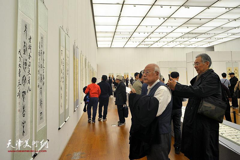 酆耀国、赵玉森在展览现场观看作品。