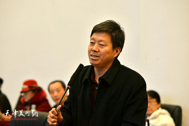 杨连山在研讨会上发言。