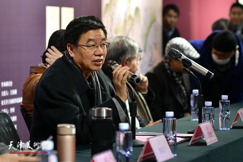 文化学者、李可染画院理事长、中国国家画院研究员王鲁湘主持开幕式。