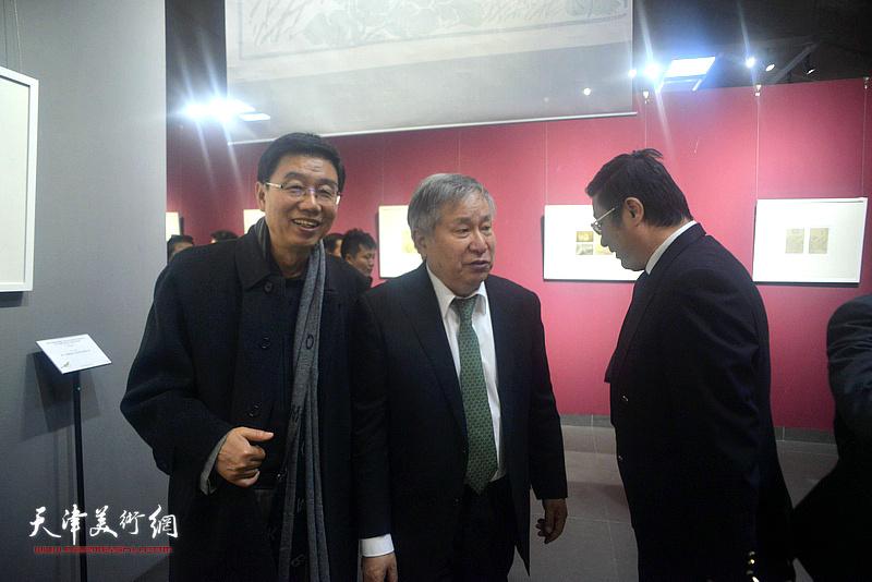 李庚、王鲁湘观看《芥子园画传》成书与流变展