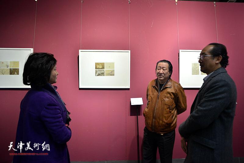 杨晓阳、王海昆观看《芥子园画传》成书与流变展
