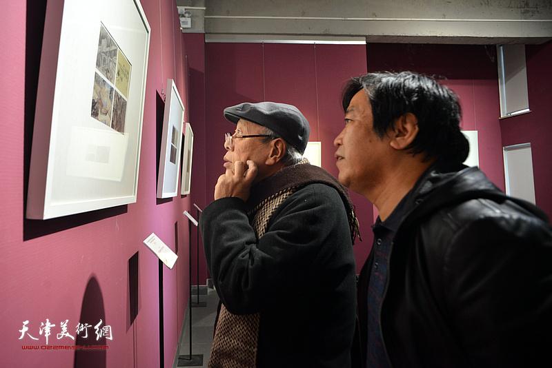 薛永年、李耀春观看《芥子园画传》成书与流变展。