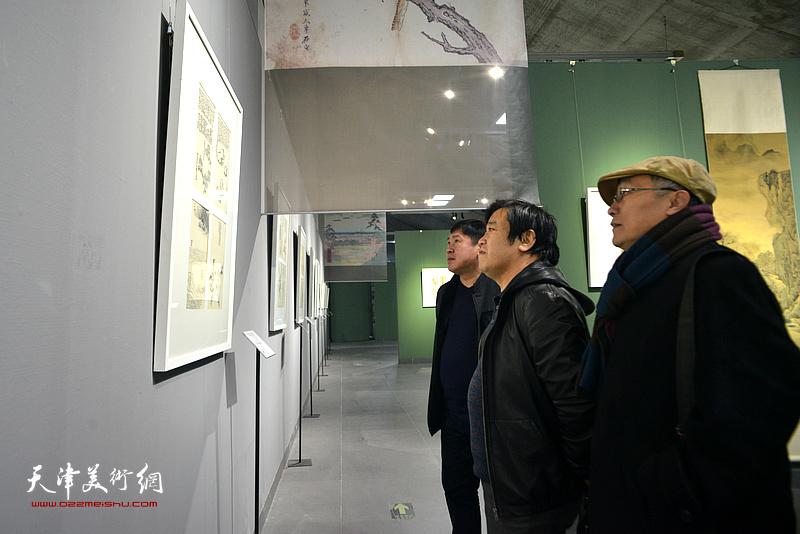 高振、李耀春、何东观看《芥子园画传》成书与流变展。