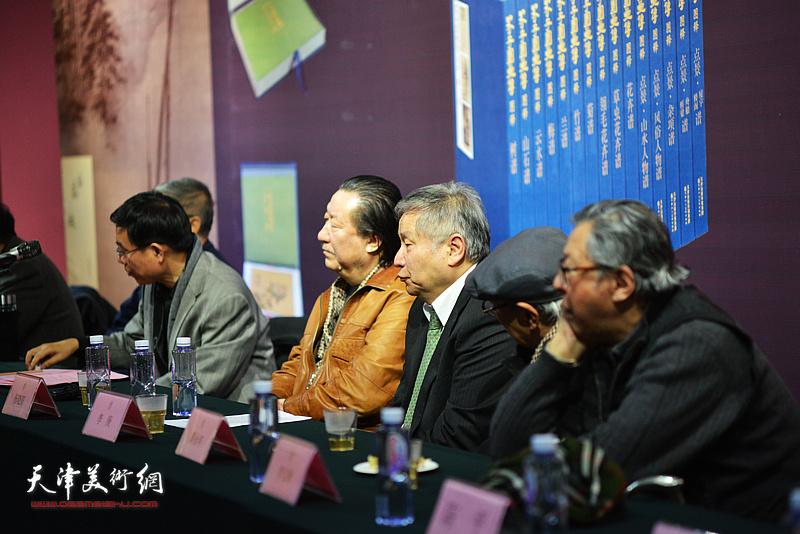 杨晓阳、李庚、李宝林、王鲁湘在《芥子园画传图释》学术研讨会现场。