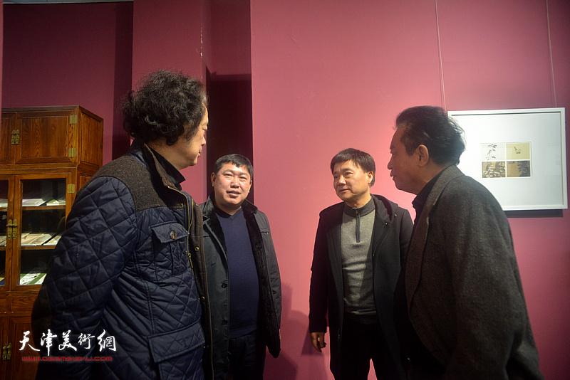 高振与桂晓风、奚天鹰、吴涤生在活动现场交流。