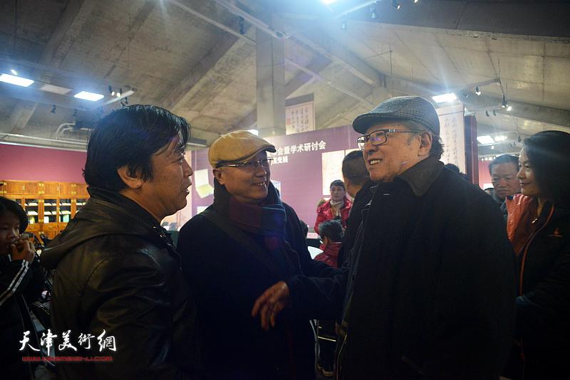 李宝林、李耀春、何东在活动现场交流。