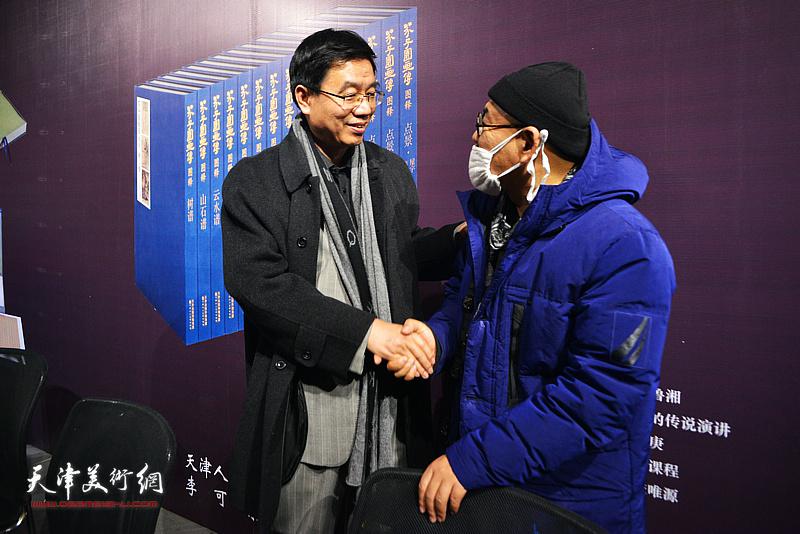 王鲁湘、陈平在活动现场交流。