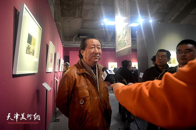 杨晓阳在活动现场接受媒体采访。