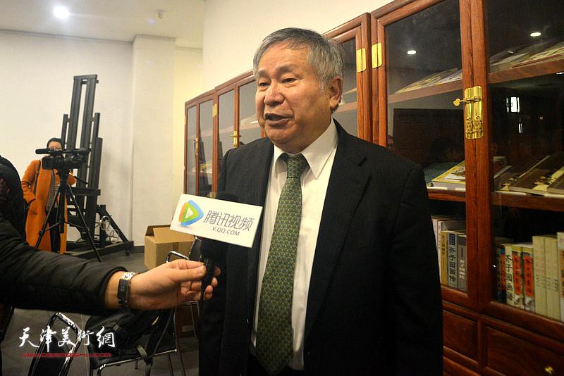 李庚在活动现场接受媒体采访。