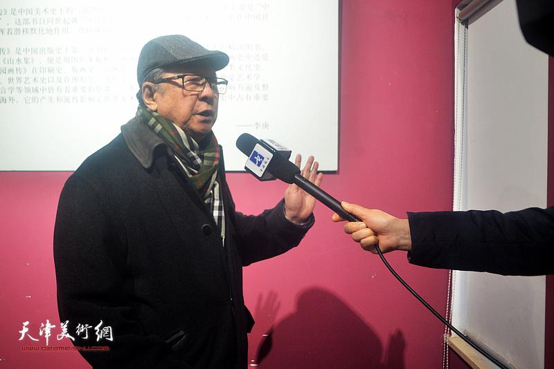 李宝林在活动现场接受媒体采访。