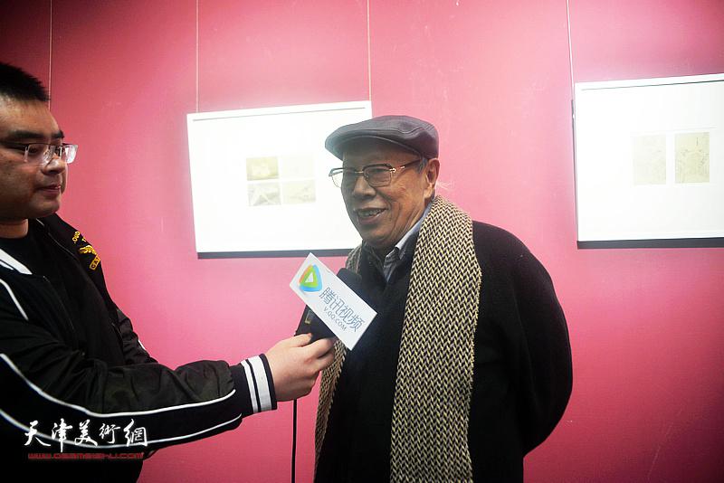 薛永年在活动现场接受媒体采访。