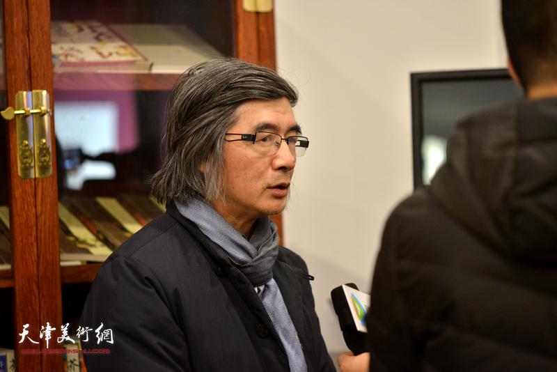 林荣生在活动现场接受媒体采访。