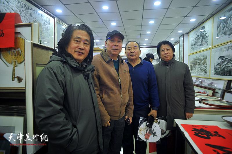 李学亮与郭凤祥、孙富泉、李建华在鹤艺轩展厅。
