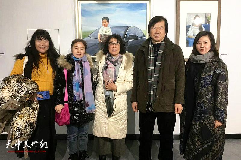 图为史振岭、刘莉莉、王霞等在展览现场。