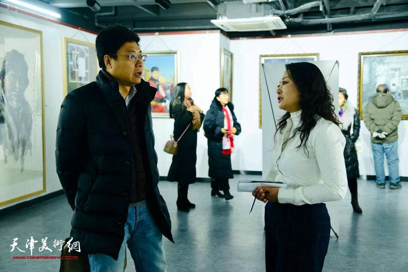 图为邢晓阳与来宾在展览现场交流。