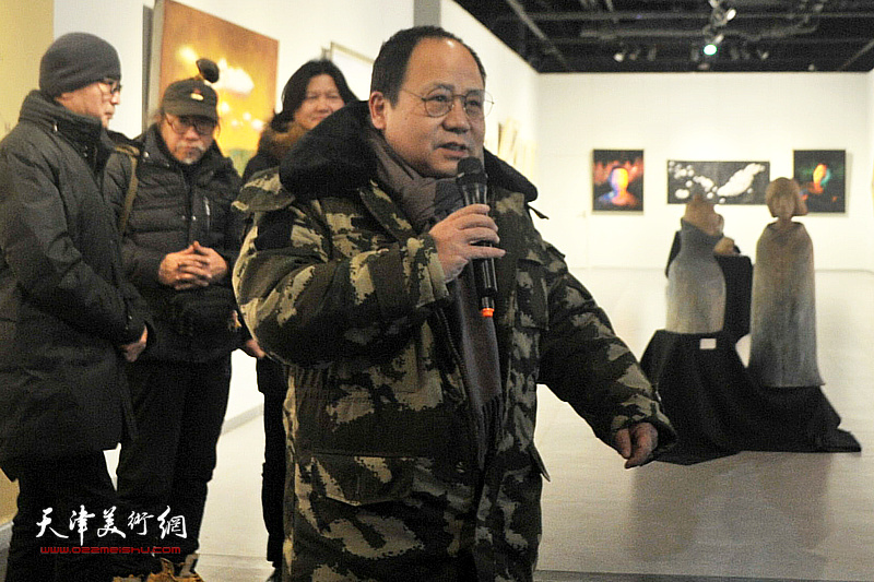黄江油画艺术中心美术教研主任、画家李思哲致辞。