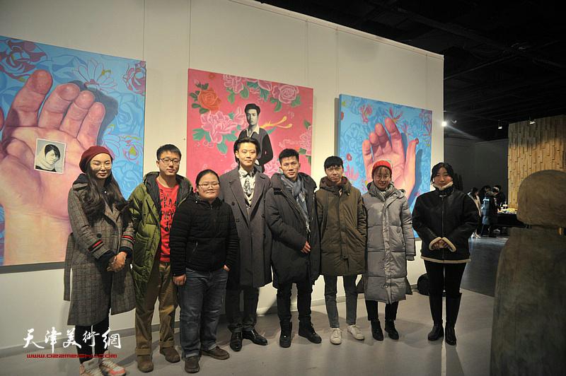 曹黎勇、林明、周沛文三位青年策展人与部分参展青年艺术家在画展现场。