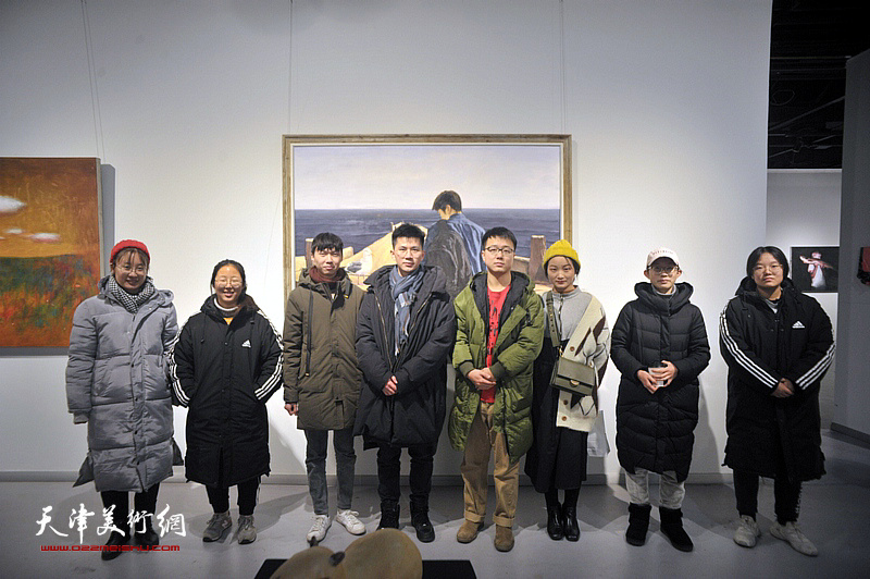 周沛文、贲鹏、刘艳荣等参展青年艺术家在画展现场。