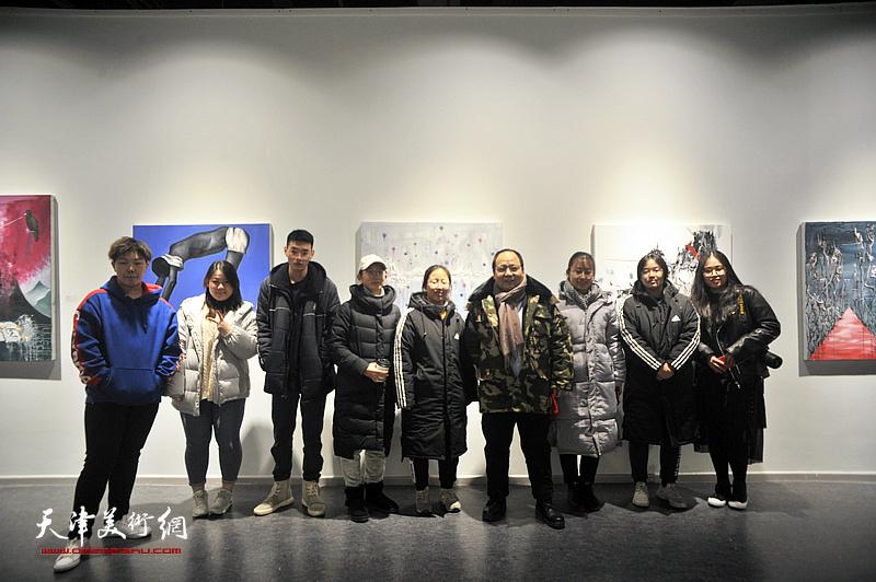 李思哲与部分参展青年艺术家在画展现场。