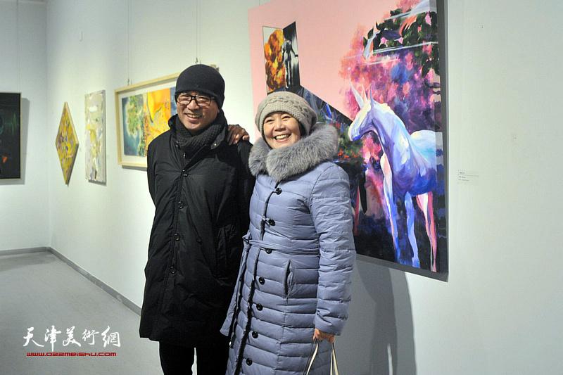 王红、刘鸿明在画展现场。