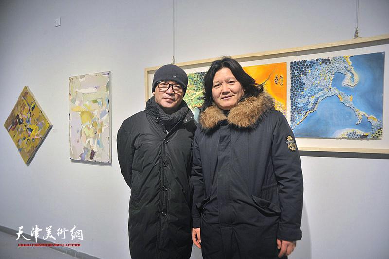 曹敬钢、刘鸿明在画展现场。