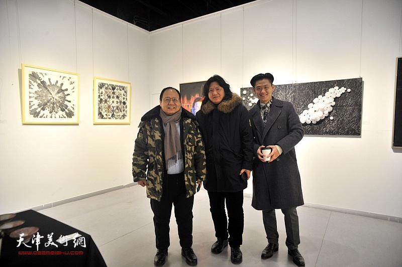 曹敬钢、李思哲、曹黎勇在画展现场。