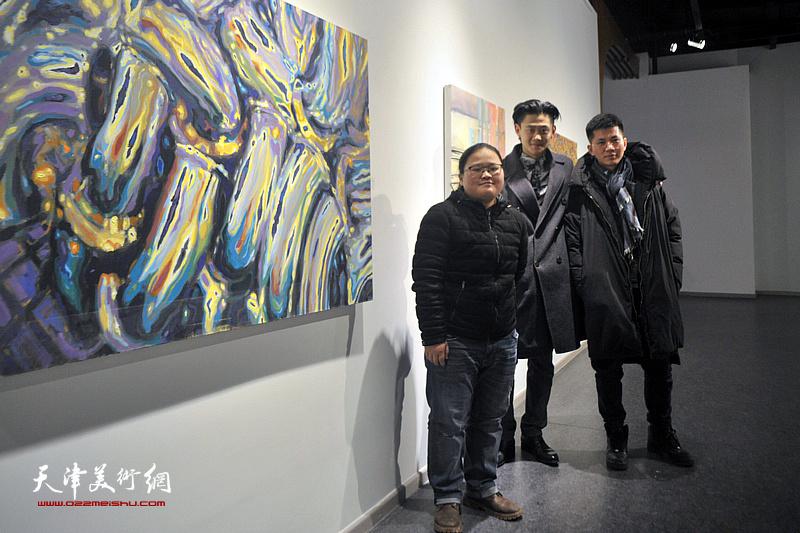 策展人曹黎勇、林明、周沛文在画展现场。