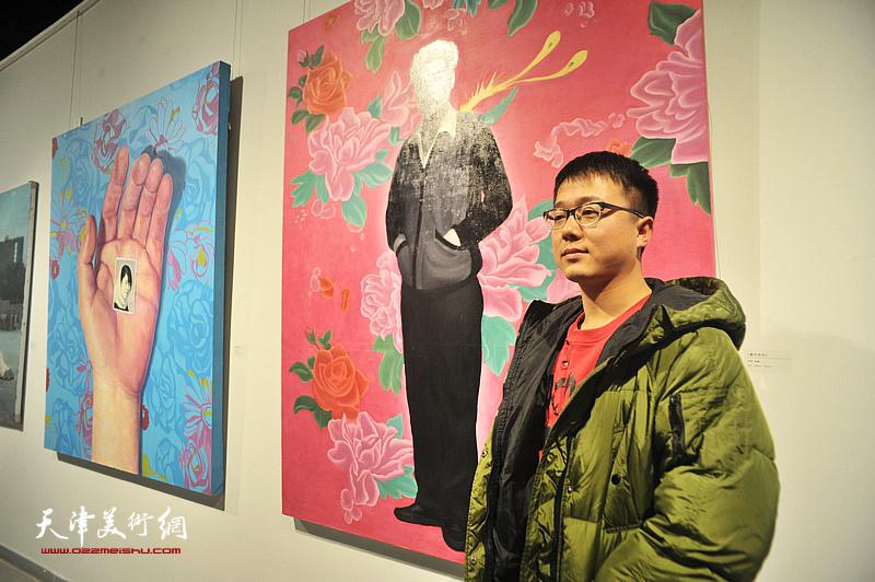 青年艺术家贲鹏在展出的作品《繁花》前。