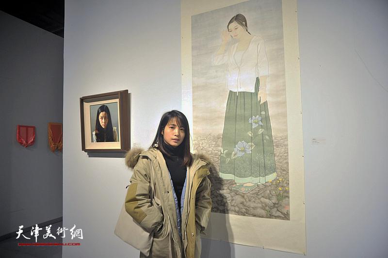 青年艺术家崔雪琴在展出的作品《静谧》前。
