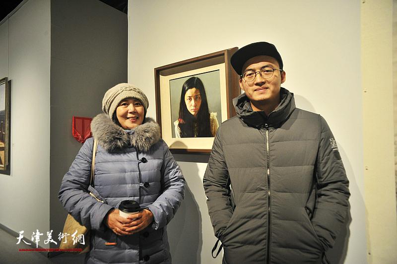 青年艺术家黄棋与王红在展出的作品《狮子座》前。
