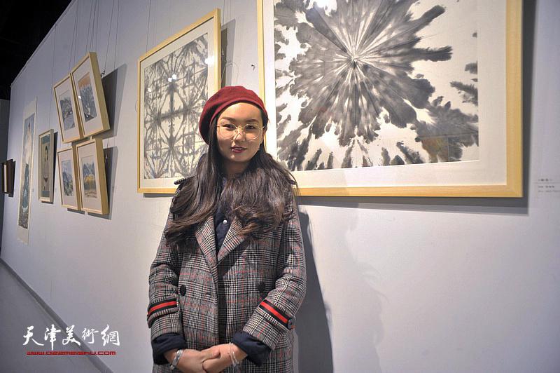 青年艺术家爱瑞娜在展出的作品《瞬息》前。