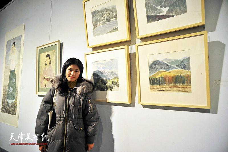 青年艺术家叶雪晴在展出的作品《空灵系列》前。