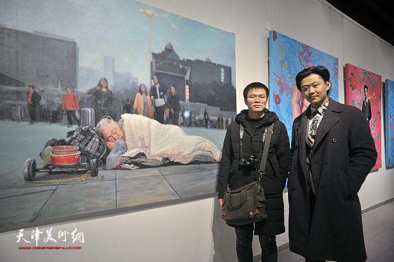 青年艺术家洪生毛与曹黎勇在展出的作品《辰》前。