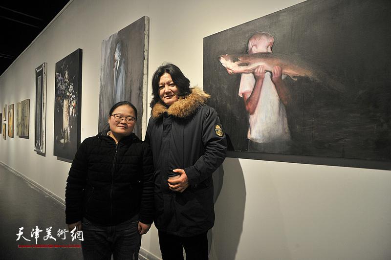 青年艺术家林明与曹敬钢在展出的作品《偶然事件》前。