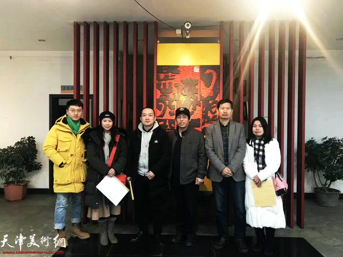 李桂金、刘硕海与版画藏书票爱好者在展览现场。
