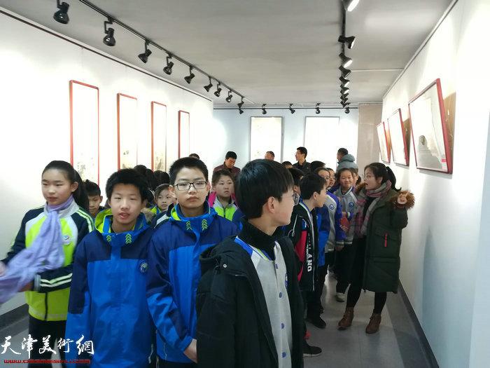 浞景学校的学生观赏展出的赵余钊作品。